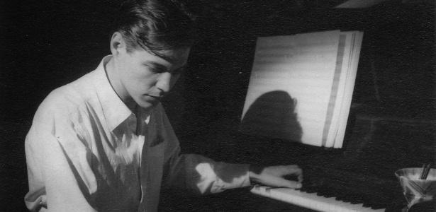 tom-jobim-toca-piano-em-sua-casa-em-ipanema-rio-de-janeiro-1351013842117_615x300